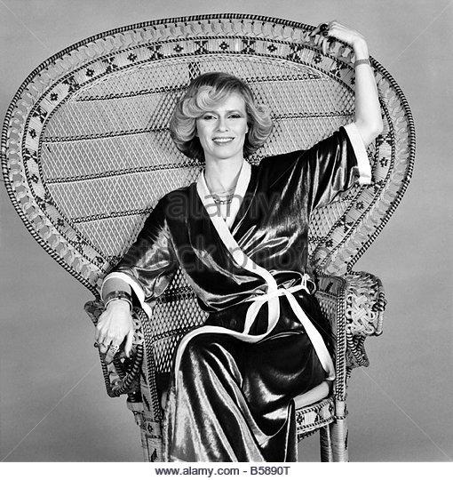 fashions-kimonos-mrs-linda-bruce-lee-february-1975-75-00710-003-b5890t.jpg