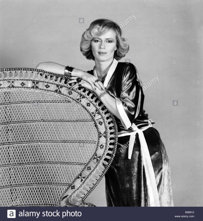 fashions-kimonos-mrs-linda-bruce-lee-february-1975-75-00710-005-B58912.jpg