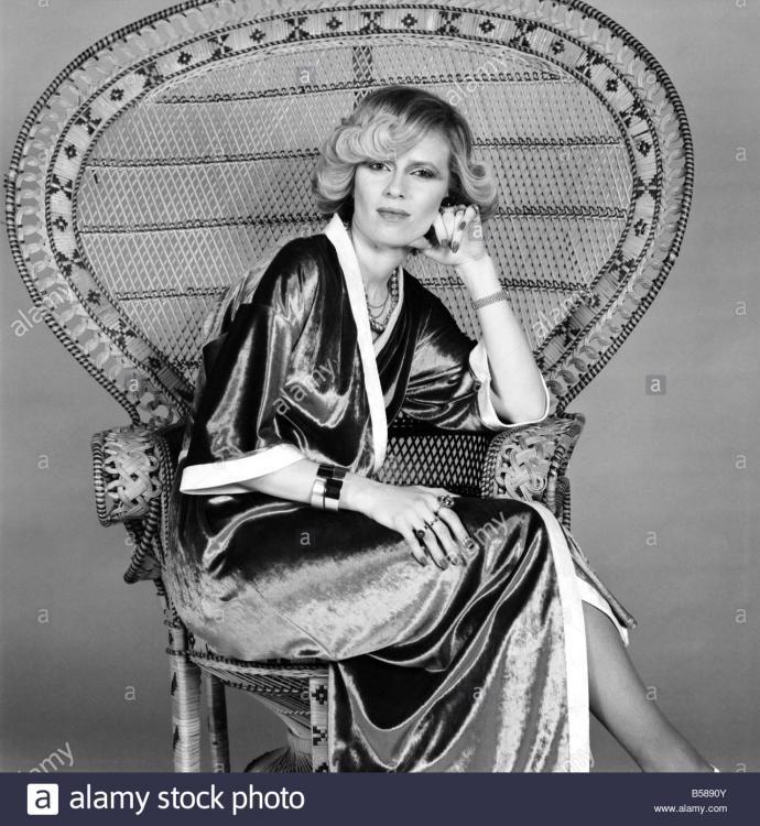 moden-kimonos-frau-linda-bruce-lee-februar-1975-75-00710-004-b5890y.jpg